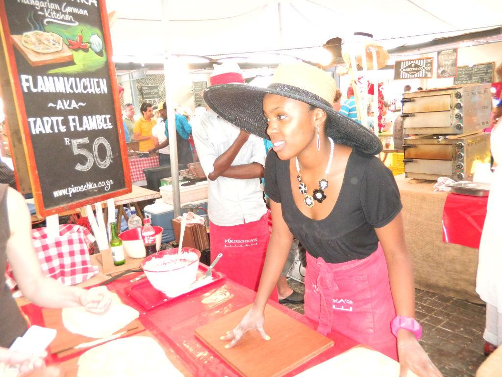 junge Frau bietet ihre Waren an