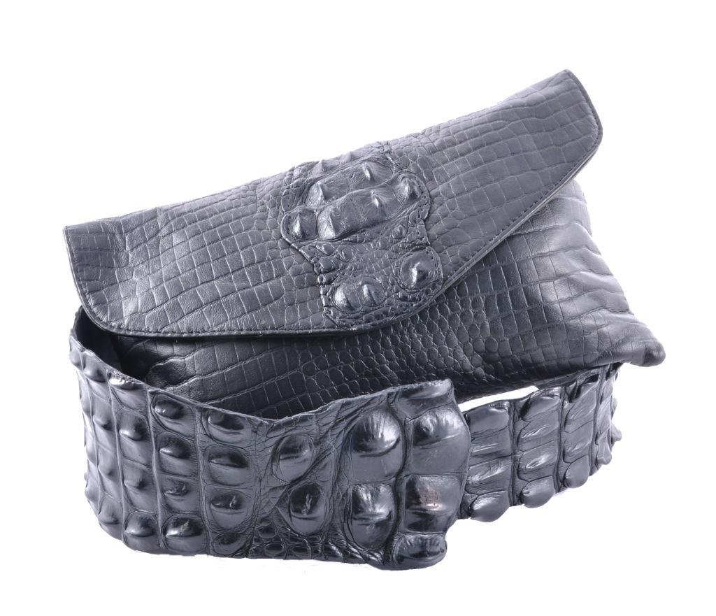 Tasche aus geprägtem Kalbleder und Kroko Gürtel, beide aus zertifiziertem Krokoleder