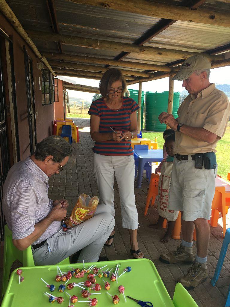 mein Mann Georg und Daphne & Dave in einer der Vorschulen in den Drakensbergen denen es gilt zu helfen